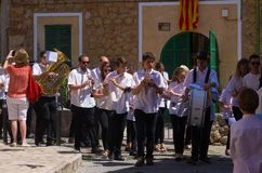 Musicians walking past tourist in Mallorca, Spain Royalty Free Stock Photos