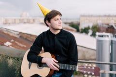 Musicien à la fête d'anniversaire Célébration sur le toit Photos stock