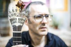 Musicien avec sa guitare portugaise unique aimée, Portugal image libre de droits