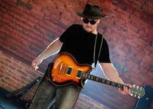 Musicien avec une guitare Images stock