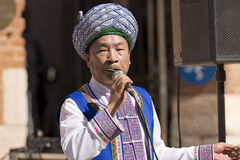 Musicien chinois avec des feuilles - Verona Tocati Image stock