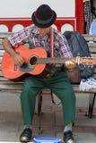 Musicien colombien jouant la musique dans la rue de Salento, Colom Photos stock