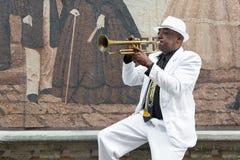 Musicien cubain noir jouant la trompette photographie stock