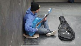 Musicien d'artiste de rue : jouer la guitare classique acoustique dans la rue banque de vidéos