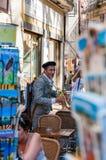 Musicien d'artiste français avec la trompette exécutant dans la vieille ville d'Avignon, France pendant Art Festival Off photographie stock libre de droits