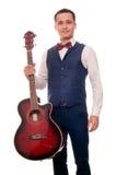 Musicien dans le gilet et coup-lien tenant la guitare Photos libres de droits