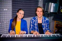 Musicien dans un studio d'enregistrement image libre de droits