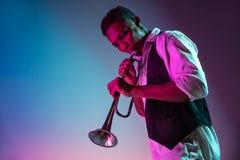 Musicien de jazz d'afro-américain jouant la trompette photographie stock libre de droits