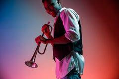Musicien de jazz d'afro-américain jouant la trompette photographie stock