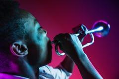 Musicien de jazz d'afro-américain jouant la trompette image libre de droits