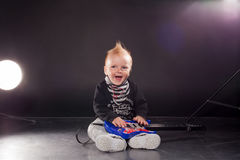 Musicien de petit garçon jouant la musique rock sur la guitare photographie stock libre de droits