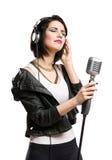 Musicien de roche avec le microphone et les écouteurs Images stock