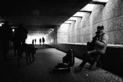 Musicien de rue à Munich en noir et blanc 5 février 2017 photographie stock