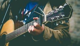 Musicien de rue jouant la guitare Image libre de droits