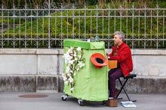 Musicien de rue jouant le piano au centre historique Zug, Suisse photos libres de droits
