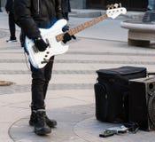 Musicien de rue jouant sur la guitare électrique Image stock