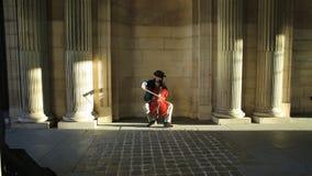 Musicien de rue de musée de Louvre clips vidéos