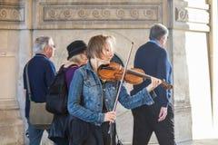 Musicien de rue sous une arcade au Louvre, Paris Photographie stock libre de droits