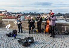 Musicien de rue sur la passerelle de Charles, Prague Images stock