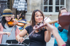 Musicien en chef et violonistes de Le Marais Performers Co en place Images stock