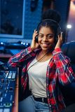 Musicien féminin dans des écouteurs dans le studio d'enregistrement photo libre de droits