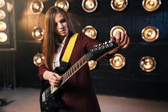 Musicien féminin dans le costume jouant sur la guitare électrique Photo libre de droits