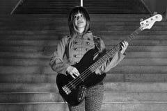 Musicien féminin jouant la guitare à l'intérieur de la station de métro Images libres de droits