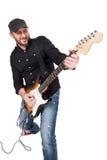 Musicien jouant la guitare électrique avec enthousiasme D'isolement sur le blanc images stock