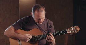 Musicien jouant la guitare acoustique dans un studio d'enregistrement clips vidéos