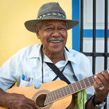 Musicien jouant la musique traditionnelle à La Havane Image libre de droits