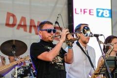 Musicien jouant la trompette photo stock