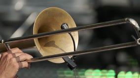 Musicien jouant la trompette au concert vivant banque de vidéos