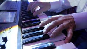 Musicien jouant le clavier closeup banque de vidéos