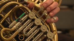 Musicien jouant le cor d'harmonie pendant le concert banque de vidéos