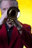 musicien jouant le jaune de trompette images stock