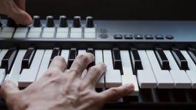 Musicien jouant le synth?tiseur de clavier du MIDI/contr?leur du MIDI dans le studio banque de vidéos