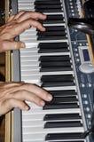 Musicien jouant sur des claviers Images libres de droits