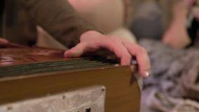 Musicien jouant sur l'accord?on clip Jeu d'un plan rapproché musical d'accordéon dans un Yurt banque de vidéos