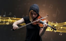 Musicien jouant sur le violon avec des notes autour image libre de droits