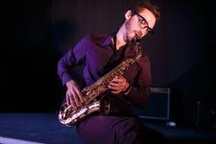 Musicien masculin avec le saxophone Images stock