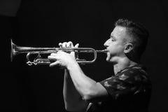 Musicien masculin jouant la trompette Photographie stock