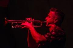 Musicien masculin jouant la trompette Images stock