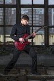 Musicien masculin jouant sur la guitare électrique Photo stock