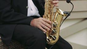 Musicien Playing The Saxophone dans la rue banque de vidéos