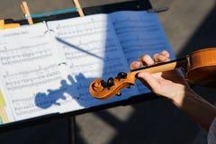 Musicien Playing Violin avec l'ombre, la musique et le support Images stock