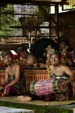 Musicien Smiling de Balinese à l'appareil-photo image stock