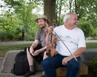 Musiciens au parc de façade d'une rivière, Corvallis, Orégon Image stock