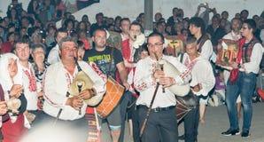 Musiciens de Nestinar et icônes orthodoxes aux jeux de Nestinar, Bulgarie Photos stock