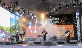 Musiciens de roche dans la scène fumeuse Photo libre de droits