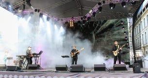 Musiciens de roche dans la scène fumeuse Photos libres de droits